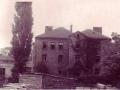 Front budynku, w tle widoczny domek św. Anny ok. 1920